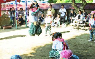 羯鼓舞の踊りに子供達の真剣な眼差しを見る