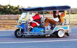 サンタがトナカイ乗せてトゥクトゥクで走る