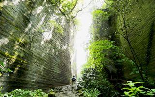 ありえないような断崖絶壁の間を通り抜ける