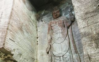ガンダム規模の巨大な像を見上げる