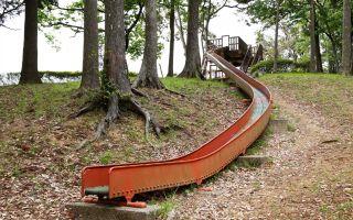 空気のいい自然の中の滑り台でなが~く滑る
